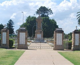 Warwick War Memorial and Gates - Accommodation Search